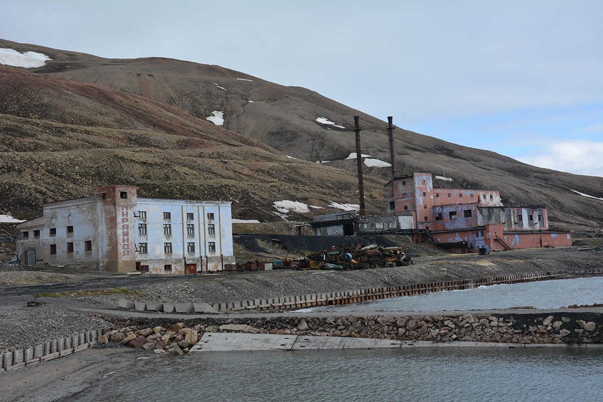Haunting Pyramiden is home to monuments to Soviet heroes and political figures for you to see and explore on your Svalbard expedition. Photo: Hans Lagerweij